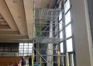 建物内部にてローリング足場工事